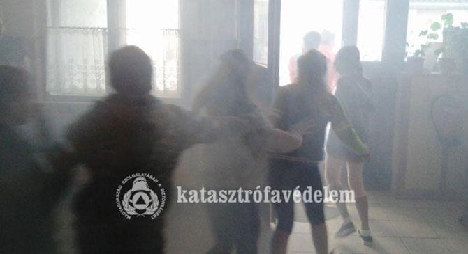 Tűzoltók gyakorlatoztak a kesztölci iskolában