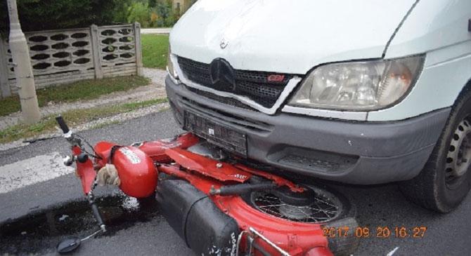 Figyelmetlen volt a 85 éves motoros, súlyosan megsérült